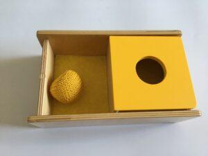 19.1 Коробочка с вязаным мячиком и перекидной крышкой # Box with a knitted ball and changeover lid