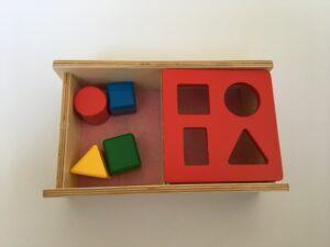 4. Коробочка с геометрическими телами (4 шт.) и перекидной крышкой # Box with geometric bodies (4 pcs.) and rocker lid